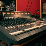 Analogowy stół mikserski Soundcraft Venue z 1990 roku. Słuchawki AKG, Sennheiser. Monitory JBL.